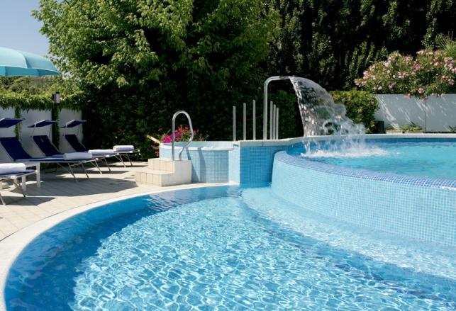 Hotel con piscina a riccione hotel albicocco 2 stelle for Piscina riccione