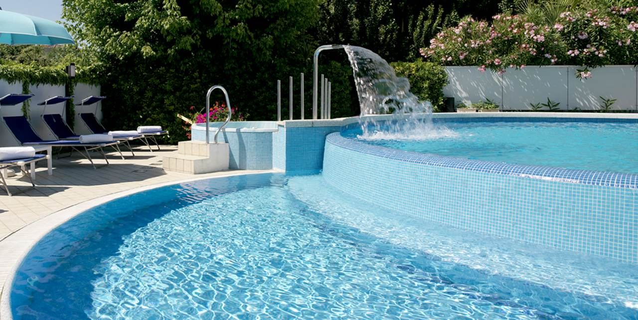 Hotel 2 stelle con piscina a riccione hotel albicocco - Hotel con piscina a riccione ...